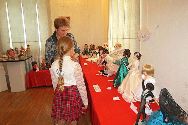 В музее в Толочине развернута выставка кукол