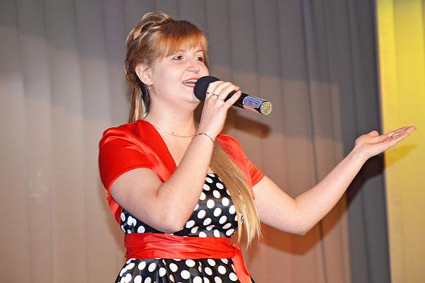 Дарит душу зрителям толочинская артистка Елена Перемета