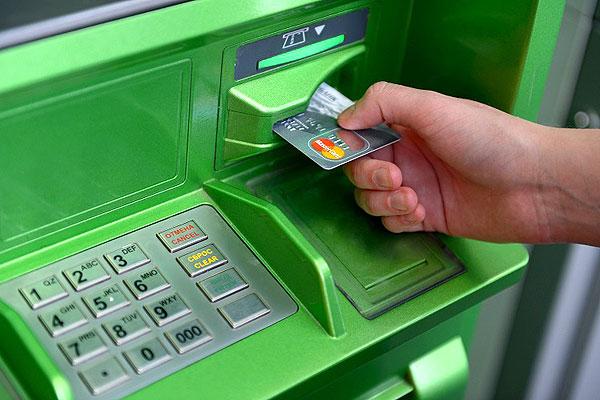 Более двухсот рублей похитила жительница Толочинского района, завладев оставленной в банкомате картой