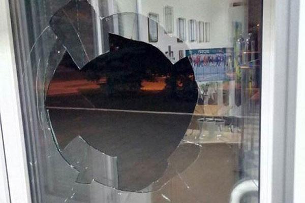 Житель Толочина из хулиганских побуждений разбил стекло в двери железнодорожного вокзала