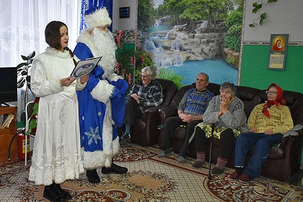 Встреча в творческой атмосфере: толочинские спасатели и артисты посетили отделение круглосуточного пребывания пожилых в Коханово