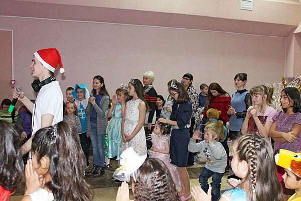 """В подарок — сладости и сказка: в Толочине прошел благотворительный праздник в рамках акции """"Наши дети"""""""