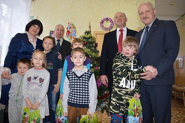 Волшебство готовим сами: представители местных органов власти накануне Рождества посетили с подарками детский приют в Коханово