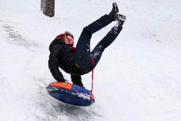 Правила безопасного зимнего отдыха: катание на тюбингах травмоопасно
