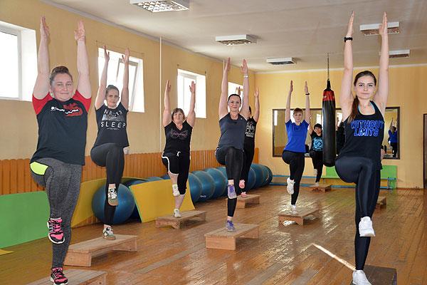 Заряд бодрости и энергии получают в Толочине женщины в группах фитнеса и танцев
