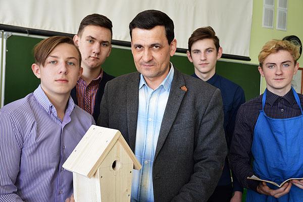 Только уроками день в школе толочинского педагога Александра Пещура не заканчивается