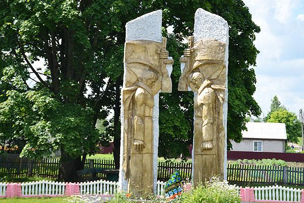 Обновленный памятник героям-освободителям в Волосово