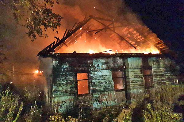 В Толочине работник МЧС вынес из горящего дома мужчину