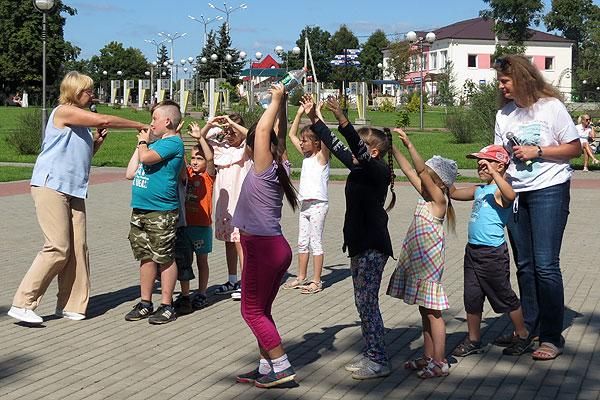 Дружба начинается с улыбки: праздник для детей прошел в Толочине (+фото)