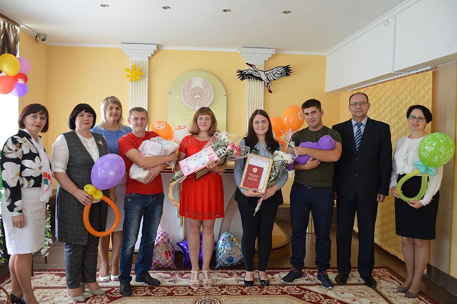 В торжественной обстановке прошла в Толочине сотая в этом году регистрация новорождённого