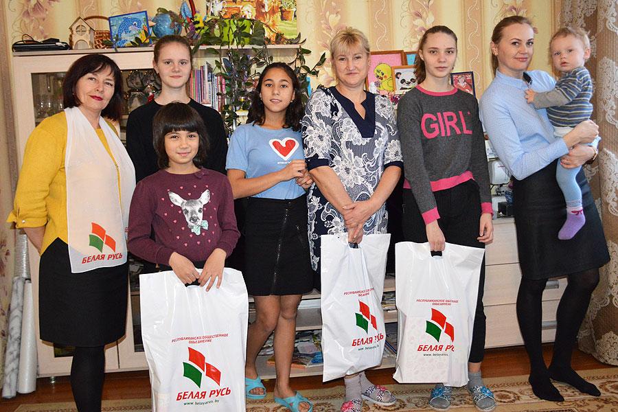 Новогодние подарки принимали воспитанники детского дома семейного типа в Толочине