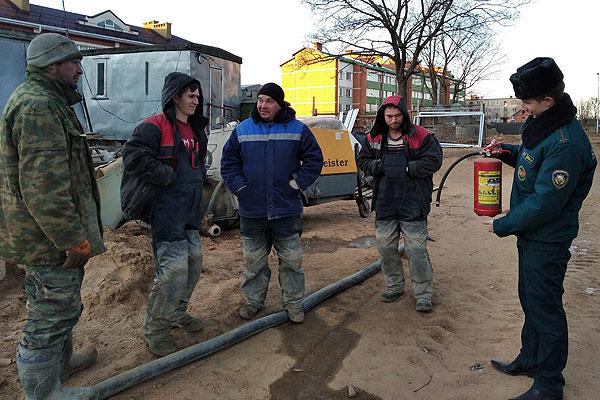 В Толочине сотрудники МЧС проинструктировали строителей по вопросам безопасности