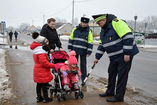 «В новый год по «Доброй дороге!»: сотрудники Госавтоинспекции провели в Толочине профилактический рейд