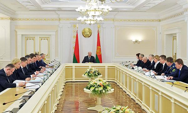 Тема недели: о правах работников, надзоре за техникой и вторсырье — Лукашенко провел совещание с руководством Совмина