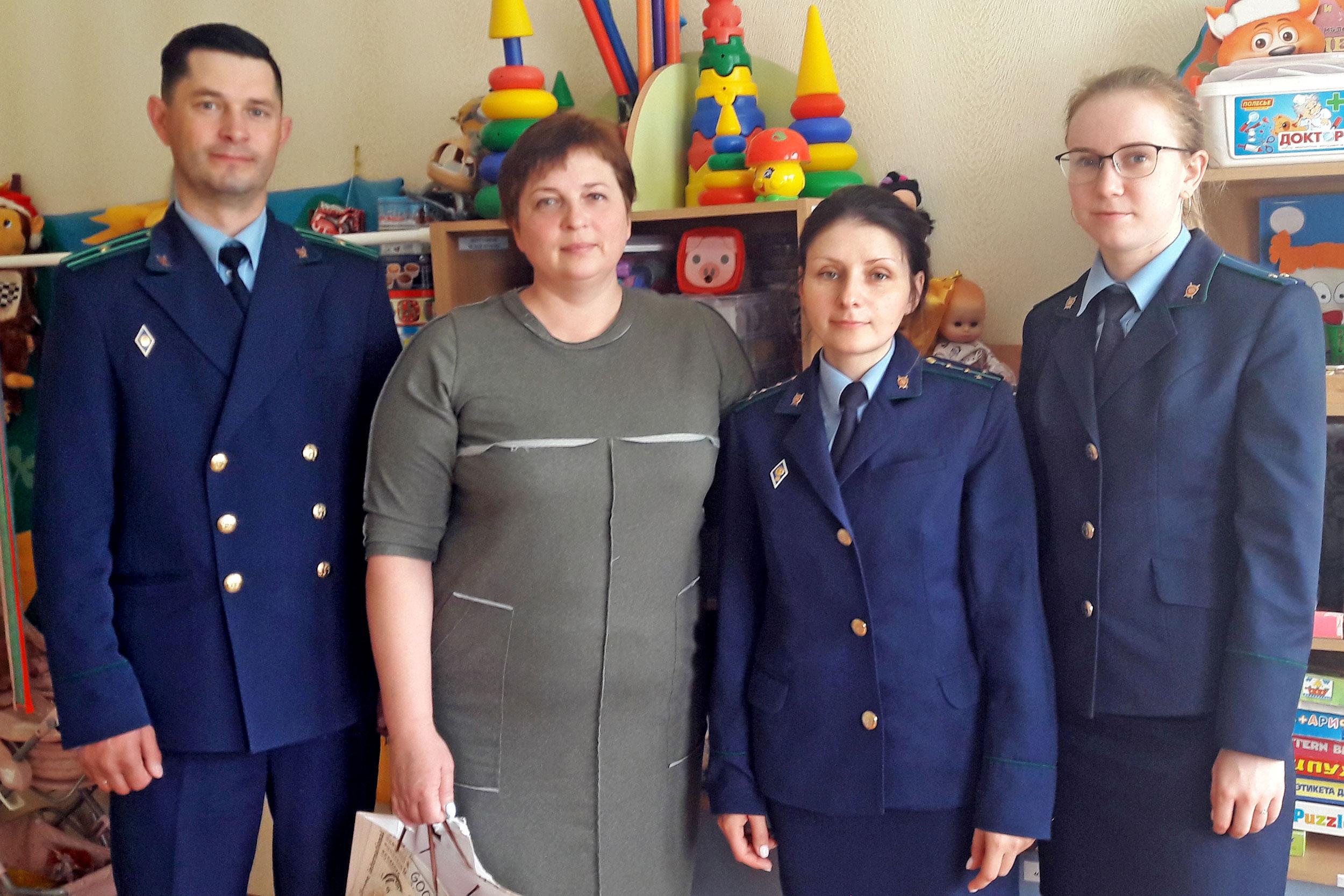 Работники Толочинской прокуратуры поздравили детей с праздником