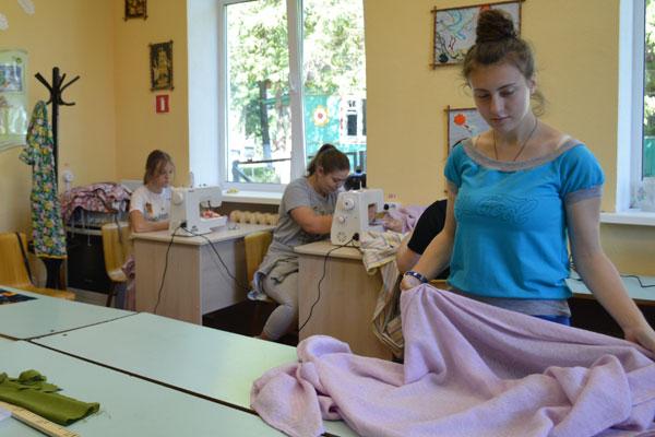 Отдых и труд рядом идут: пошивом, ремонтом и благоустройством занимались воспитанники лагеря при СШ №1 в Толочине (+фото)