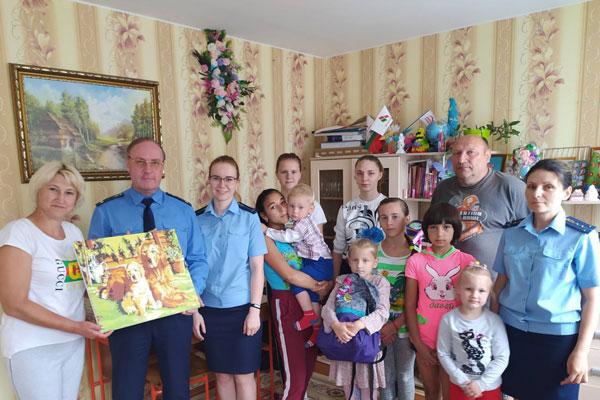 Сотрудники прокуратуры Толочинского района посетили детский дом семейного типа