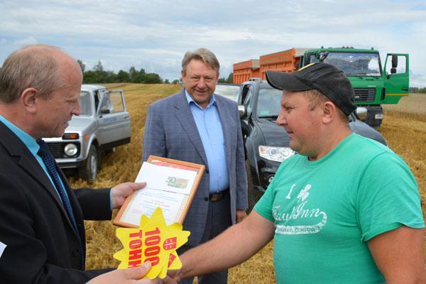 Достижения комбайнеров и водителей Толочинского консервного завода отметили грамотами и денежными премиями