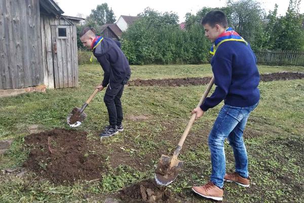 Школьники помогли одиноко проживающим пожилым людям в Толочине