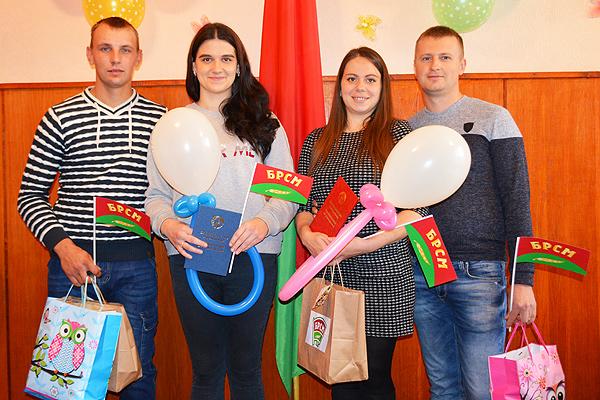 Незабываемое событие: торжественная регистрация новорожденных состоялась в День матери в Толочине