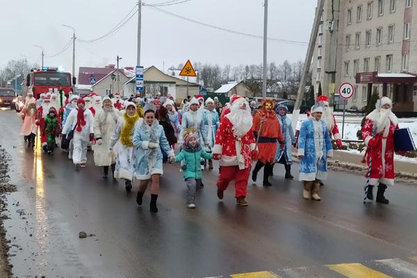 По Толочину прошли Деды Морозы, Снегурочки и сказочные персонажи