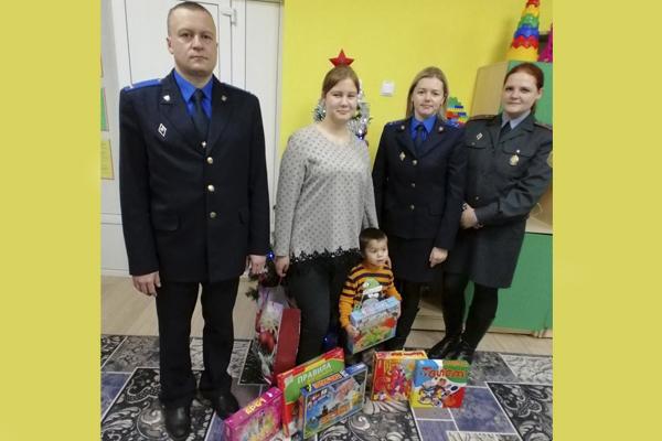 Подарки от милиции и следователей получили ребята Кохановского социального приюта