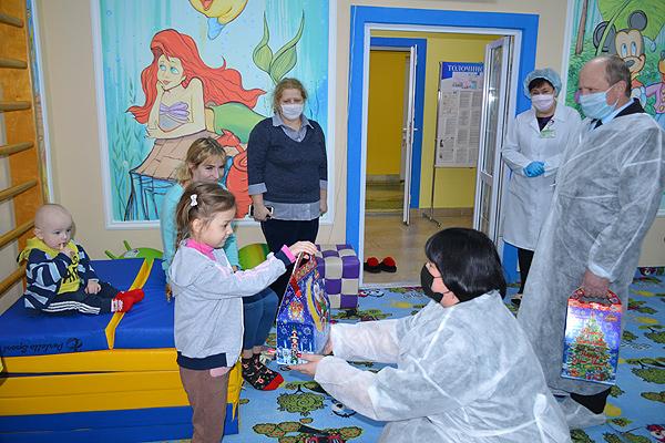 Маленьких пациентов больницы в Толочине порадовали новогодними подарками
