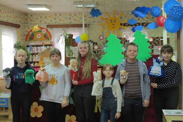 Кукольный спектакль показали юным читателям в детской библиотеке в Толочине