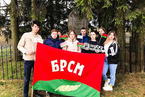 Активисты БРСМ благоустраивают памятники и воинские захоронения в Толочинском районе