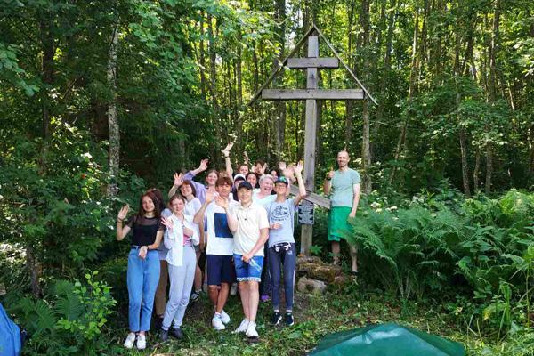 Активисты школьного лагеря СШ №2 Толочина благоустроили территорию у Борисоглебского родника