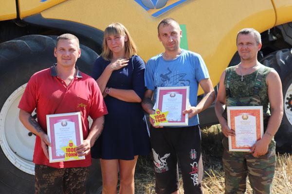В УП «Толочинский Элеватор-Агро» поздравили экипажи комбайнеров-тысячников