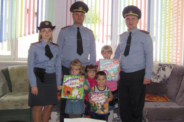 Ребята из Толочинского социально-педагогического центра получили подарки от руководства РОВД