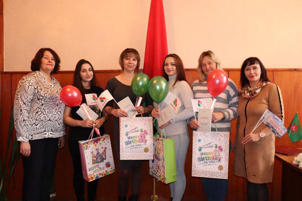 В ЗАГСе в Толочине вручены подарки четырём мамам