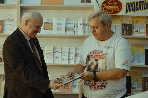 Новое издание о партизанском движении доставлено в Толочин (+фото)
