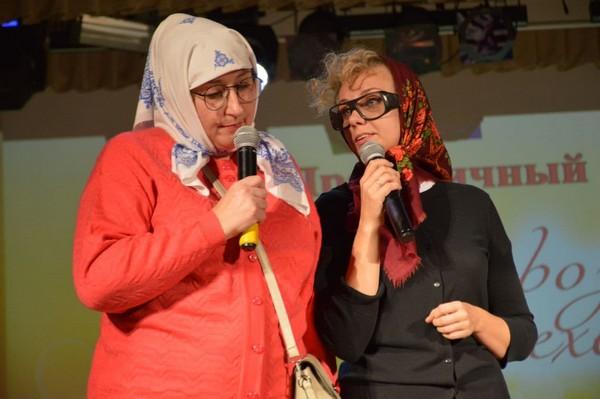 Фоторепортаж: пожилых в Толочине поздравили артисты